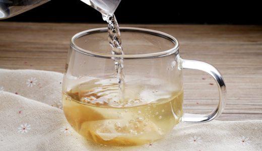 ティーカップにお茶を注ぐ