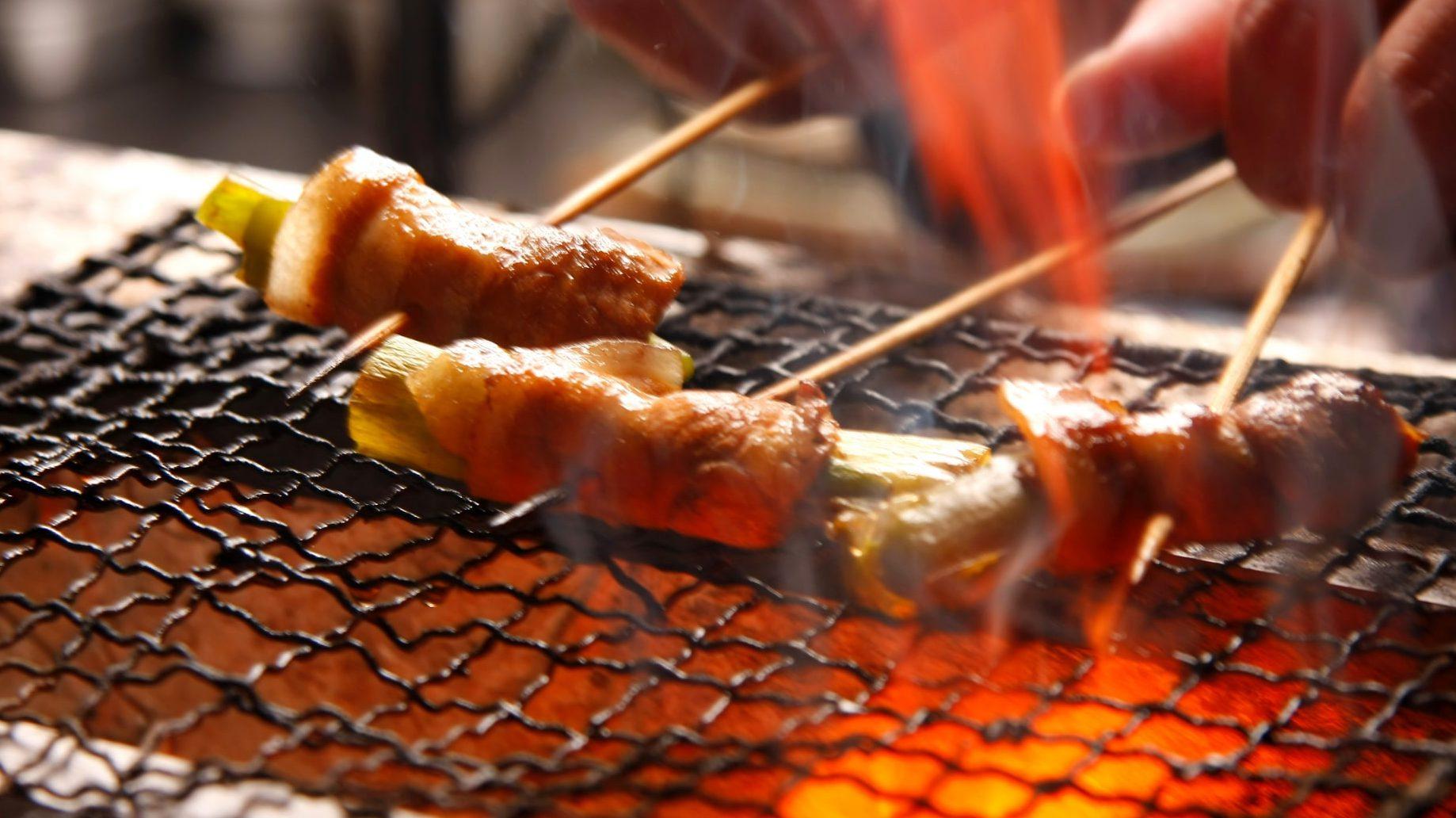 炭火焼で串焼きを焼く様子