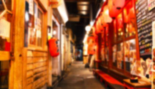 赤い提灯が並ぶ繁華街