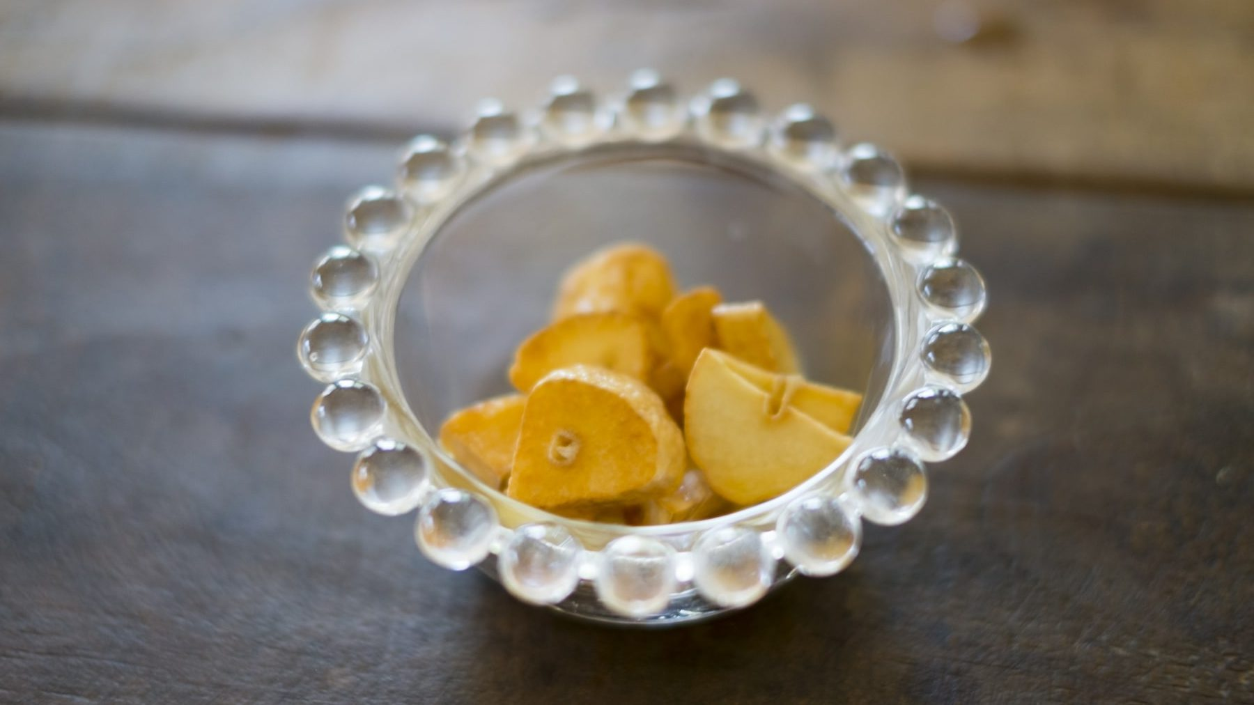 透明のお皿に入ったフライドガーリック