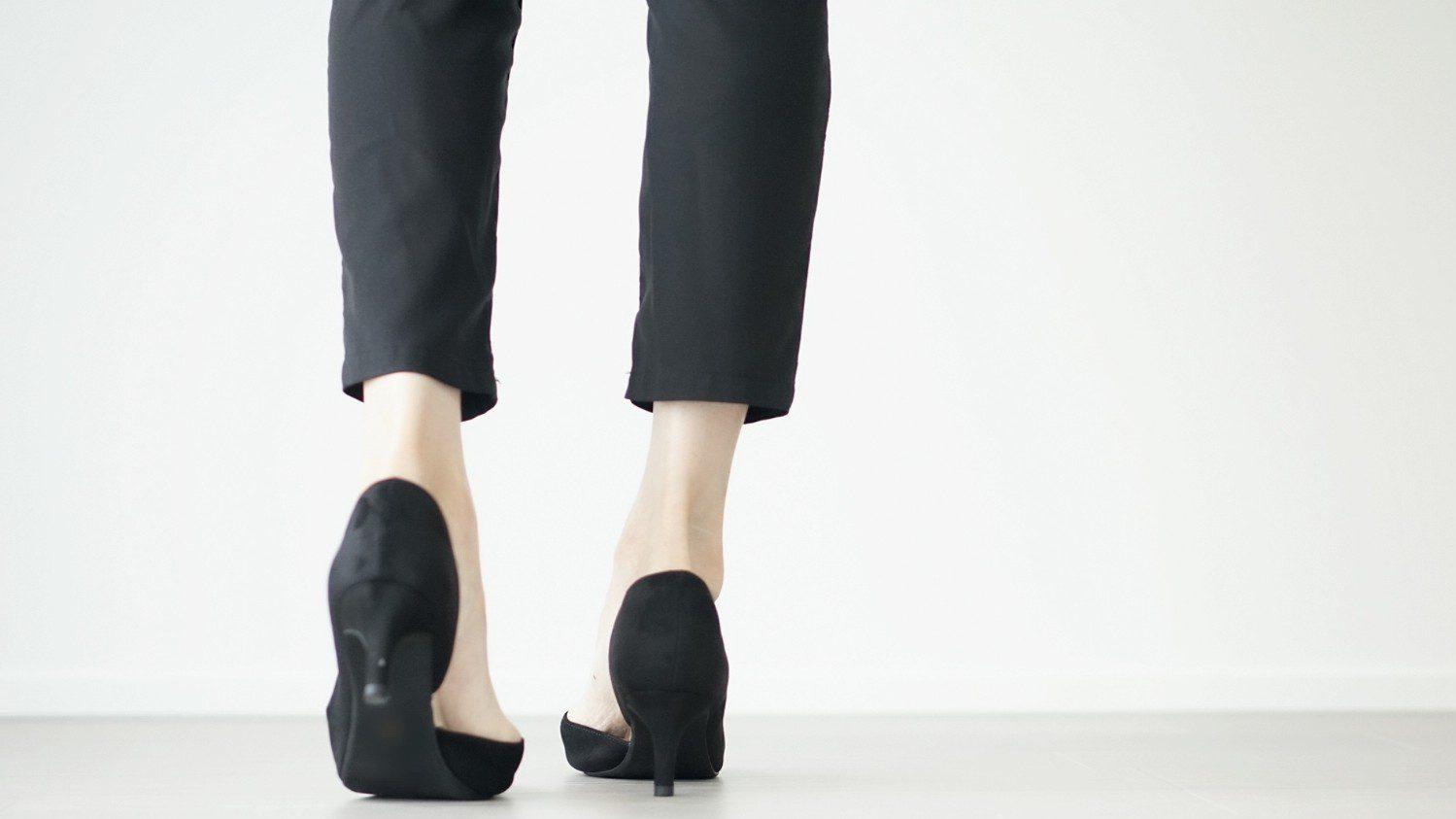 黒いハイヒールを履いた女性の足元