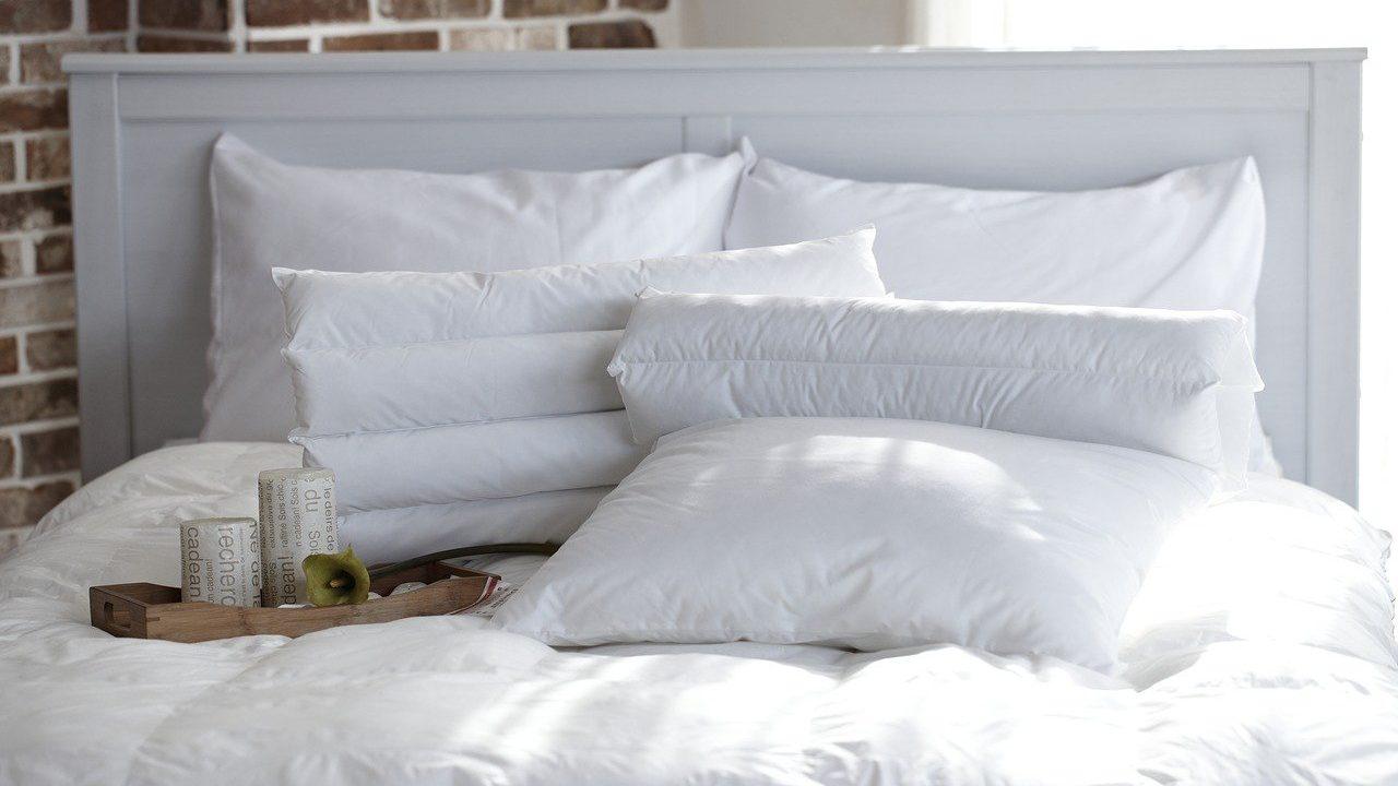 清潔な白い寝具